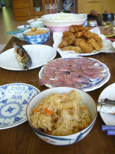 忘れられないお昼ご飯:サンマ焼き魚、お刺身、カキフライ、アワビご飯...食べ過ぎた~(笑)
