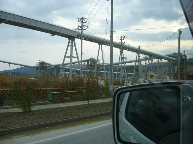 """ベルトコンベアを""""虹の架け橋""""と呼ぶ? 一見復興は進んでいるように見えるけれど..."""